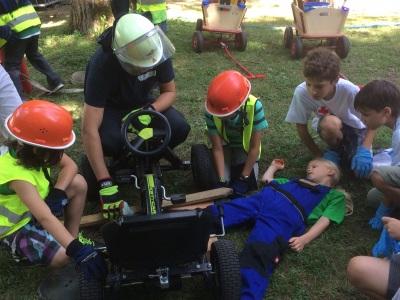 Kinder und Feuerwehr